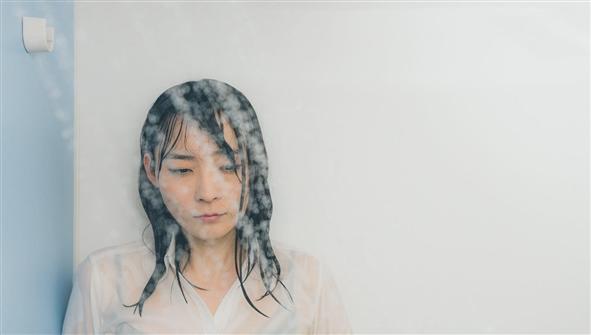 シャワーする女性
