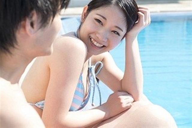 プールサイドのカップル