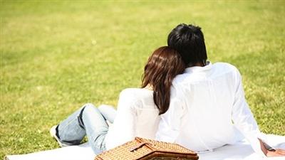 公園で語らうカップル