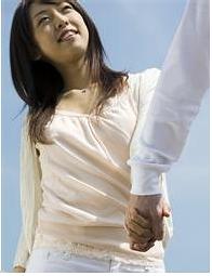 手をひかれる女性